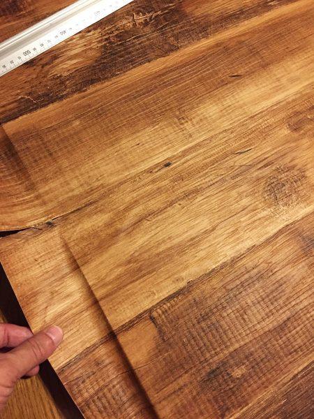 木目の壁紙の継ぎ目を合わせる