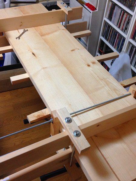 自作のクランプで天板を固定