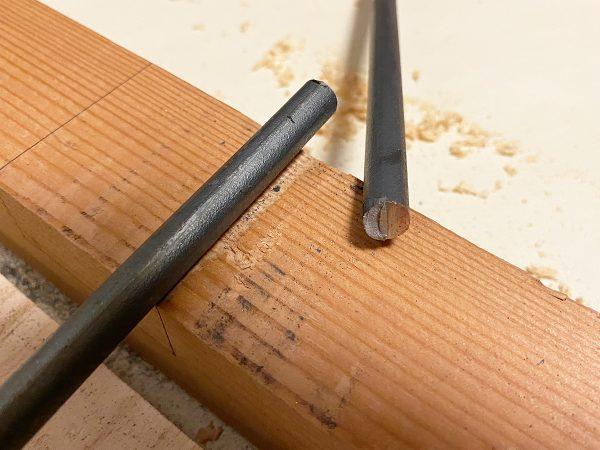 鉄棒を金切り鋸で切断