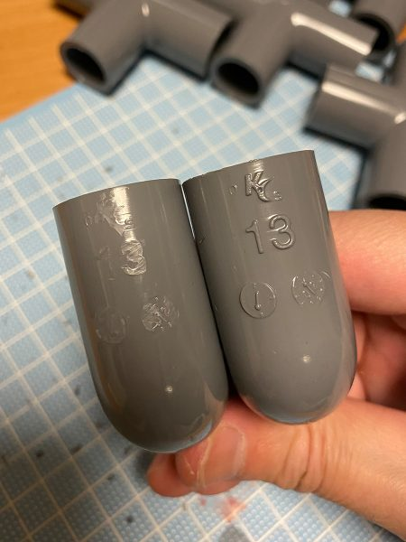 塩ビ管継ぎ手の凸文字を削ったところ(写真左側)