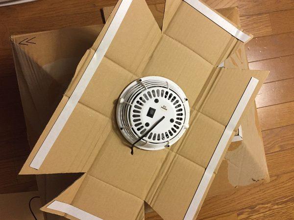段ボールの切れっ端で山の穴を塞ぐ型紙を作って中央に扇風機を引っ付けます。
