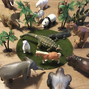 動物フィギュアと100均の雑貨でジオラマインテリア